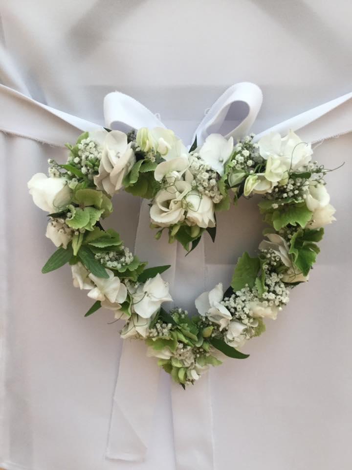 florales Herz für die Traustühle